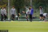 高清:浦和积极备战亚冠 队员放松训练开心笑