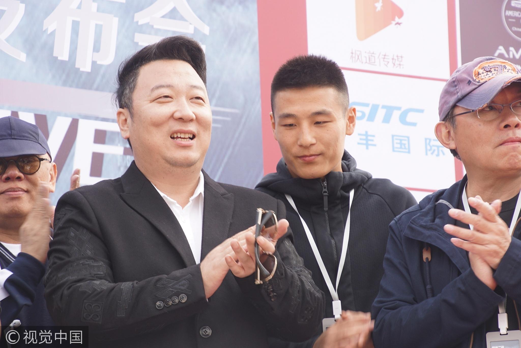高清:武磊跨界现身电影发布会 与粉丝亲切合影