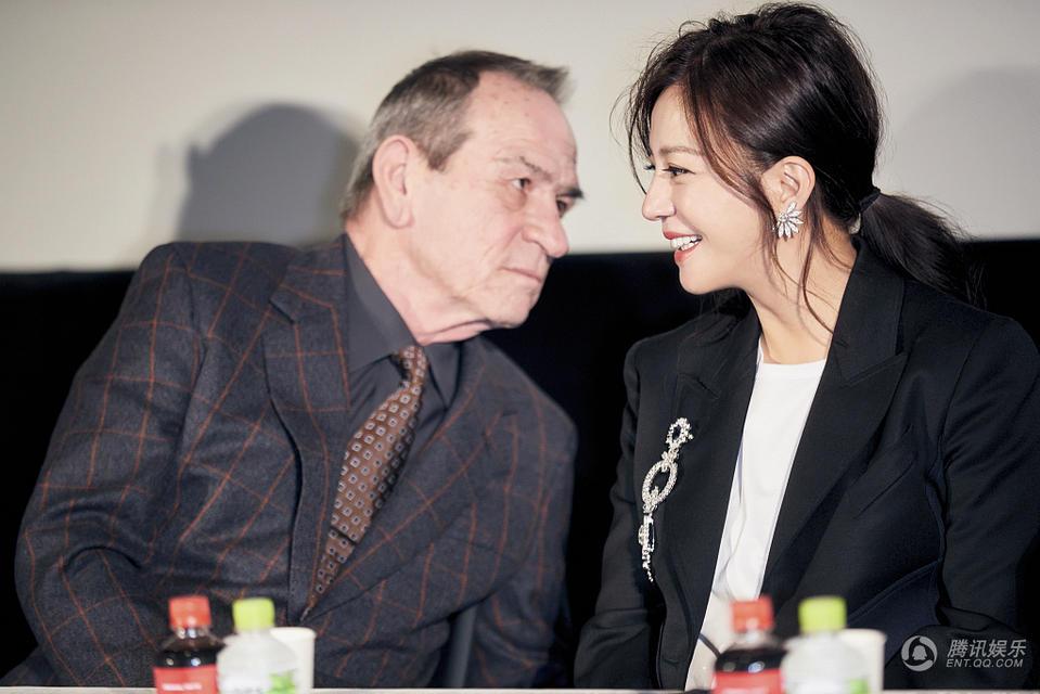 趙薇現身東京電影節 和湯米·李·瓊談笑風生(組圖)
