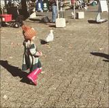 昆凌晒女儿追白鸽可爱画面 小周周慢跑很呆萌