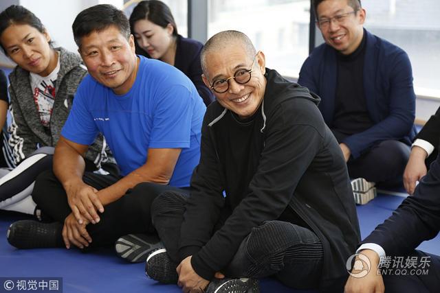 54岁李连杰头发花白皱纹重 盘腿坐地上侃侃而谈