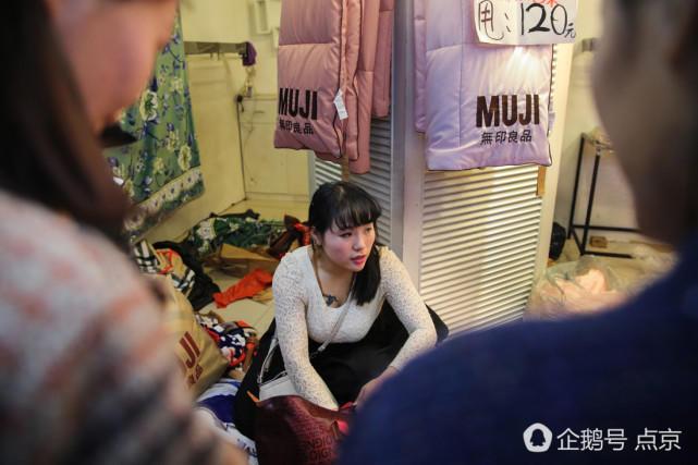 北京动批市场谢幕 女商户高处吆喝甩卖