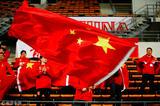 高清:不离不弃!中国球迷挥舞旗帜为女足助威