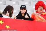 高清:中日球迷看台斗艳 美女光腿寒风中卖饮料