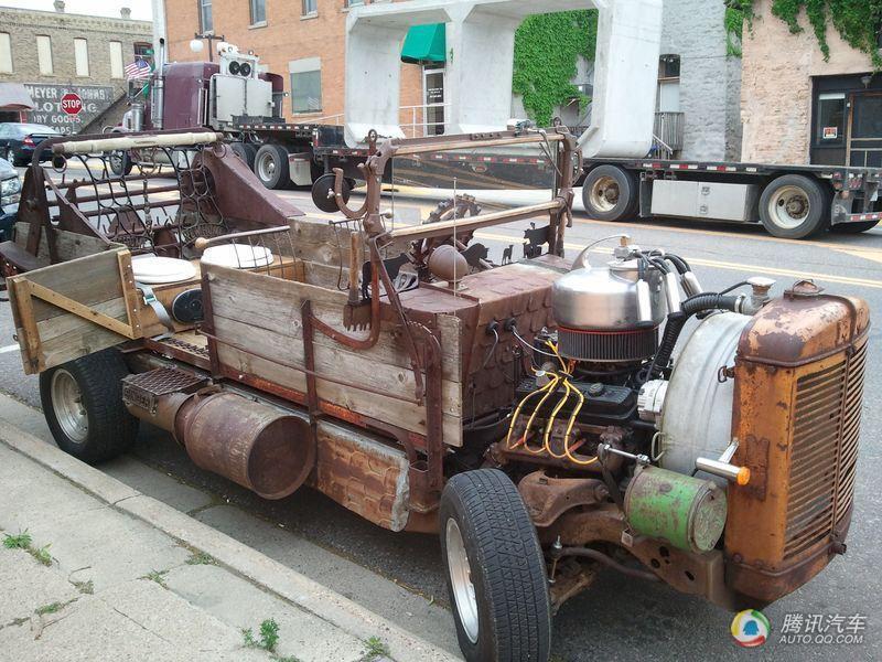 国某公路上一辆造型奇异的小轿车被交警查住,离近一看原来这是一