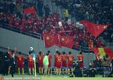 高清:国足离场队员鼓掌答谢球迷 边走边复盘