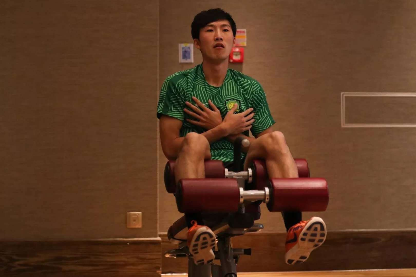 国安备战:晋鹏翔捂胸练力量 于洋蹲杠铃(图)