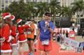 组图:儋马完赛者走红毯领奖牌 圣诞美女服务跑者