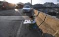 8岁男孩50米高架桥上写作业