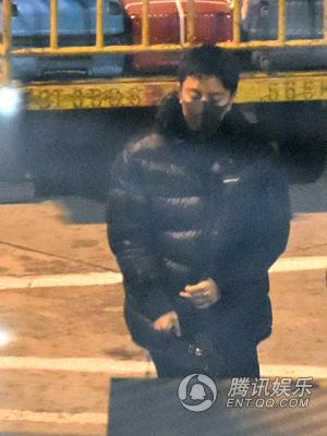 贾乃亮微博发表声明后首次现身 穿一身黑戴口罩十分低调
