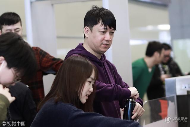 潘粤明现身上海虹桥机场 胖成这样简直不忍直视
