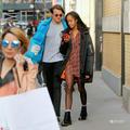 奥巴马大女儿和富二代男友逛街 秀黑丝美腿