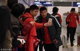 高清:上港冬训结束返沪 大批球迷深夜接机
