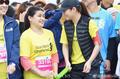 高清:台北公益马拉松开跑 任家萱为视障跑者领跑
