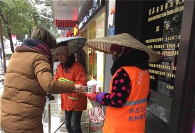 民警买奶茶送环卫工 网友:一杯奶茶一片爱心,你值得点赞! - 点击图片进入下一页