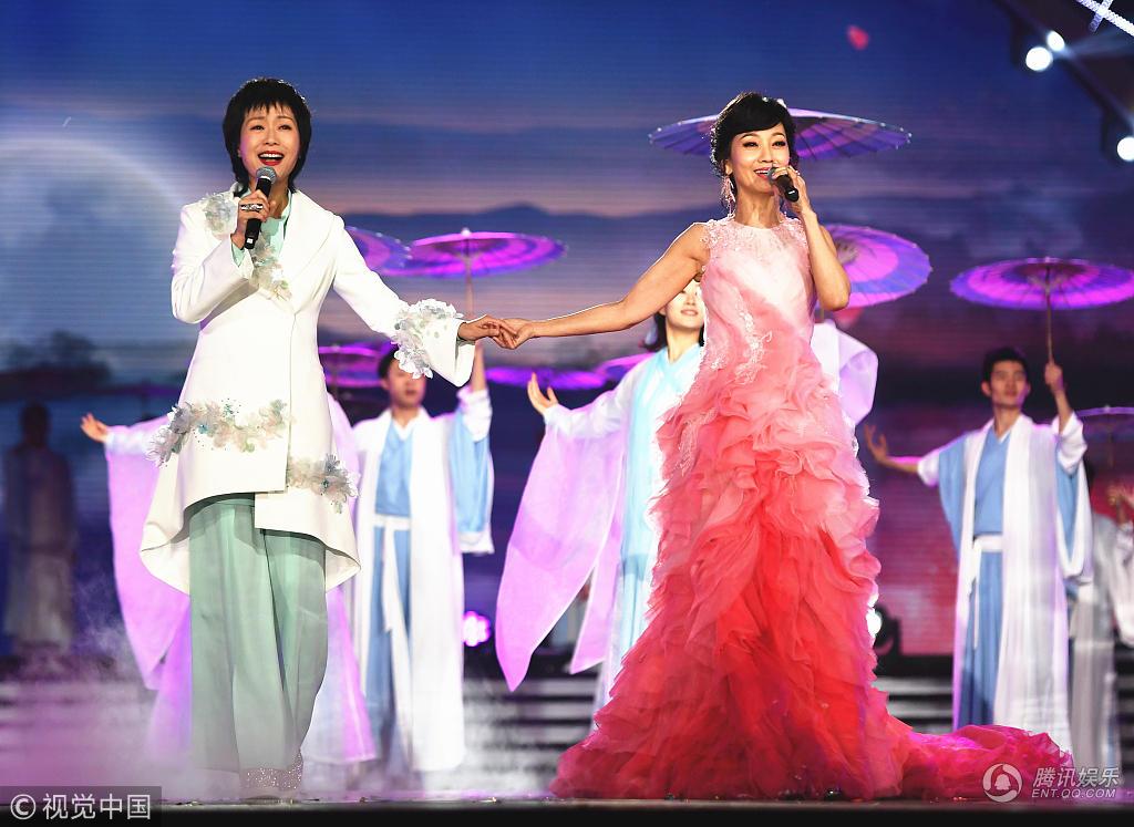 """湖南卫视华人春晚:""""新白娘子""""同框牵手献唱、Twins姐妹合体"""