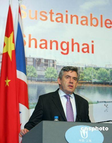 布朗雨中沪上行 力推上海世博会英国馆创意