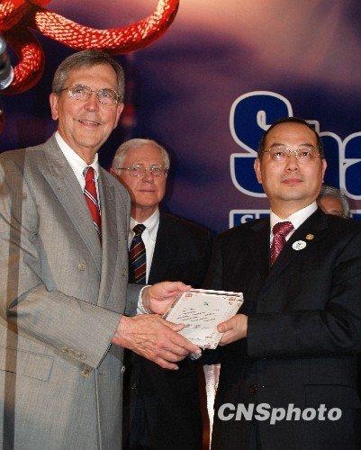 上海市长代表向美国市长赠送世博纪念品(图)