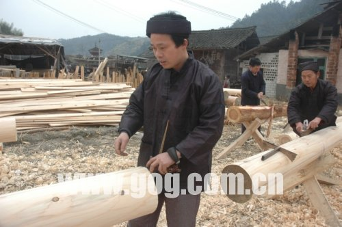 民间工匠师为贵州馆打造侗寨经典木工建筑