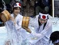 组图:日民众寒冬中冷水浇身参加传统净化仪式