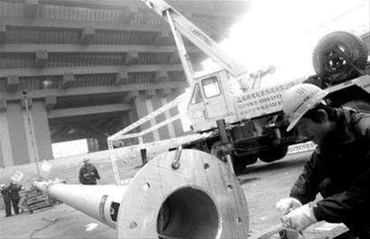 记者当了回中国馆工人 世博会建设者挥洒汗水