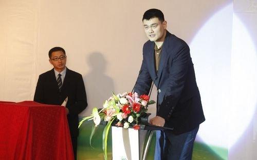 图文:姚明代表活动的三位发起人宣读倡议书