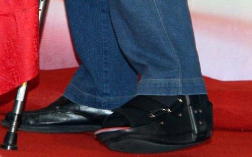 图文:姚明脚上穿着特制的鞋