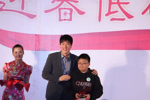图文:刘翔与拍下第一个拍品的小朋友合影