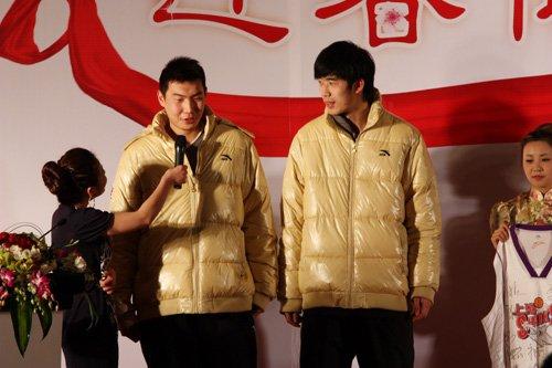 图文:东方大鲨鱼的球员也捐出物品募集善款