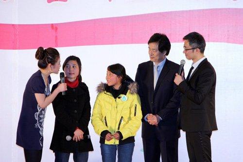 图文:濮存昕与其捐助的两位四川灾区女孩