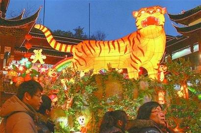 上海豫园民俗艺术灯会亮灯 融入更多世博元素