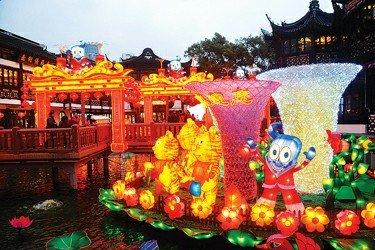 豫园民俗灯会试灯 让大小海宝亮起来动起来