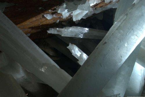 探险世界最大水晶洞:巨型水晶长达11米(图)