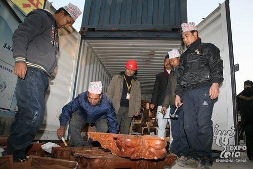 尼泊尔馆首批集装箱运抵世博工地