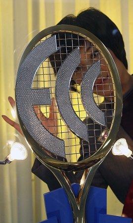比利时欧盟馆展示黄金镶钻网球拍 将出售裸钻