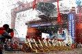 图文:第六代深水半潜式钻井平台在上海出坞