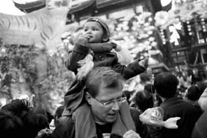 上海45万人挤爆豫园灯会 元宵巡游被迫取消