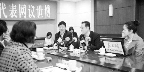 图文:上海代表团在会场与网民热议世博