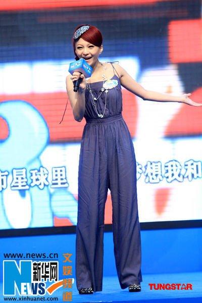 张韶涵可爱装扮亮相上海 为世博儿童剧献唱