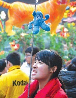"""图文:""""海宝""""挂上导游旗 带着游客逛上海"""