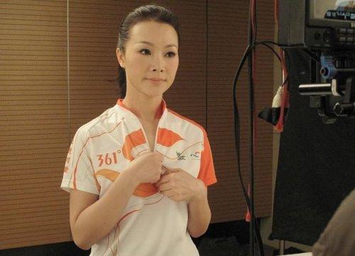 吕薇清新着装演绎世博主题歌《世界看中国》