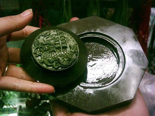"""宁夏五宝之""""黑宝""""贺兰石雕刻砚台天下无双"""