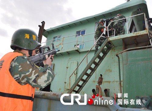 福建海警在厦门举行世博海上安保反抢劫演练