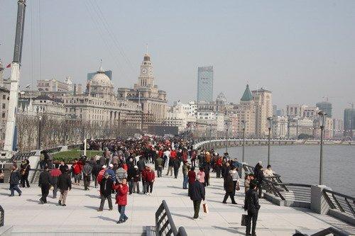 上海新外滩今晨开放 市民游客竞相观光(图)