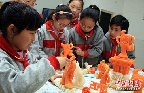 图文:迎世博三十天 上海小学生学做蔬果海宝