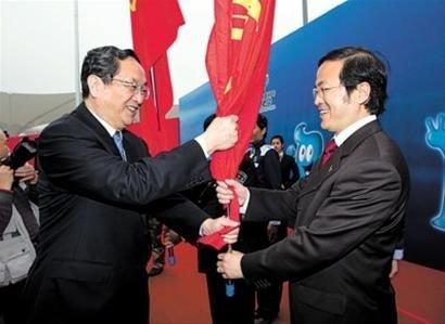 """誓师大会上,俞正声向""""争创世博先锋队""""授队旗。 本报记者 张春海 摄"""