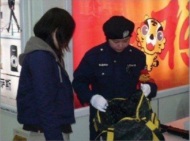 千名女安检员驻守世博安保一线 共保地铁安全