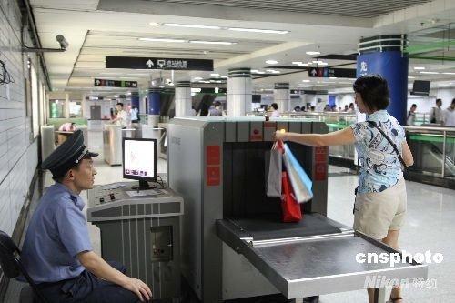 上海地铁公交严格安检 空中江上力量拱卫世博