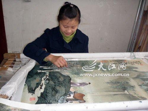 江西两名残疾青年献艺世博 聋哑姑娘表演刺绣