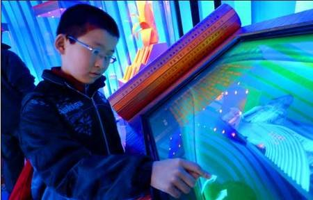 来自山东济南的小朋友顾天宁正在参观各会馆